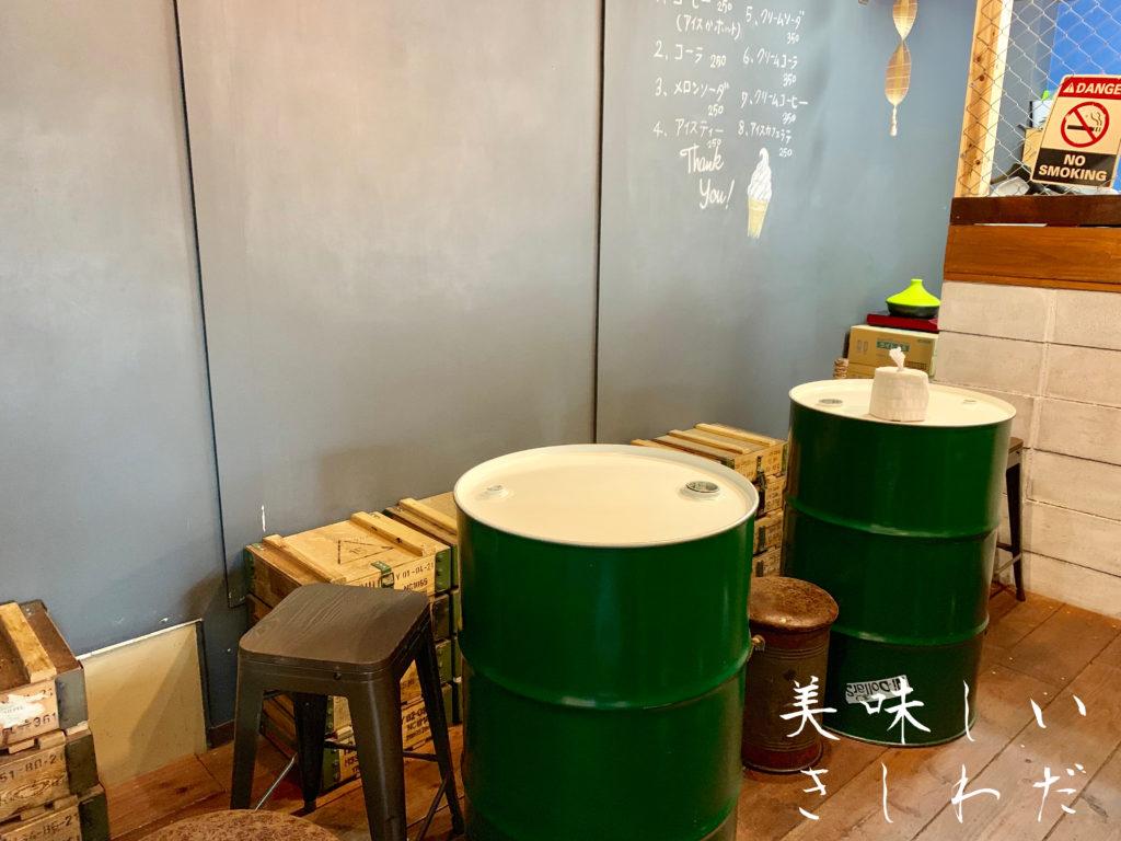 岸和田市にあるソフトクリーム専門店りっとるの店内